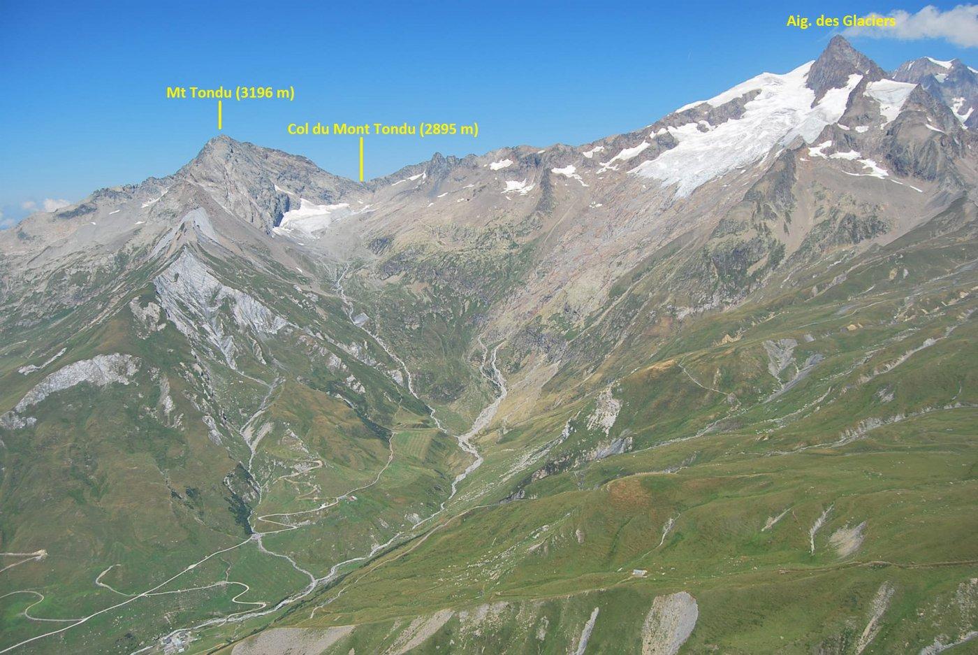 Dalla cresta: Aig. des Glaciers e Mont Tondu, sotto il quale è posto il Rifugio Robert Blanc