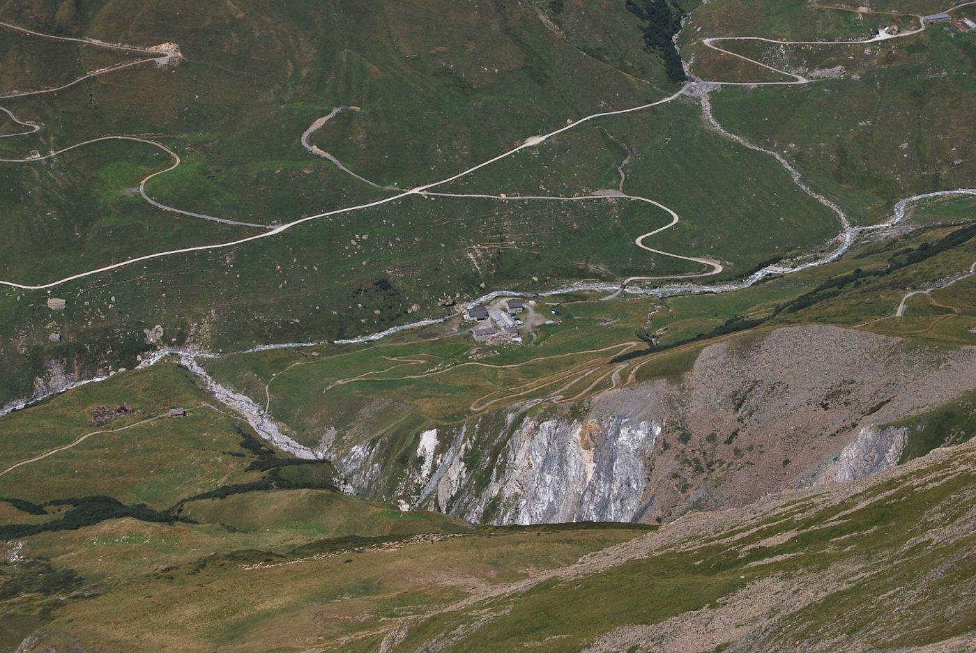Dalla cresta: il Rifugio des Mottets e la via di salita che costeggia e poi attraversa la gola.