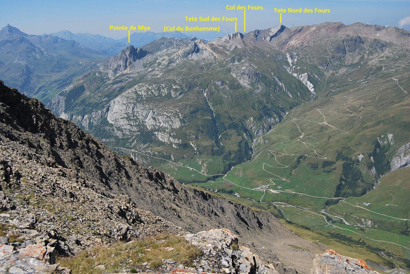 Dalla cresta: vista verso il Col du Bonhomme sul TMB