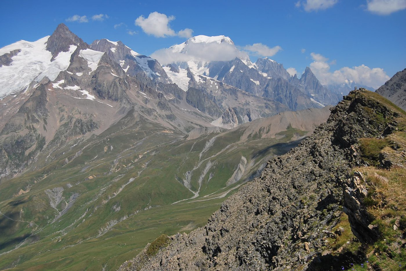 Dalla cresta: Col Seigne, Aig. Glaciers, Monte Bianco e cresta Peuterey