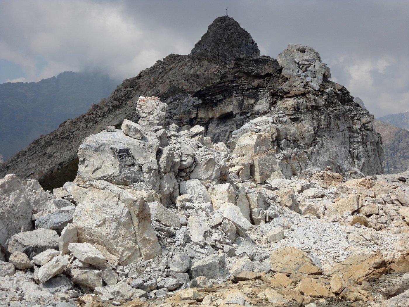 l'ultimo tratto con le rocce chiare che danno il nome alla cima