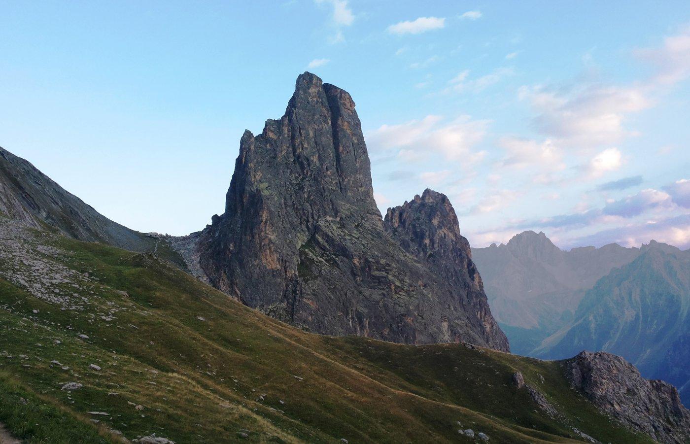 avvicinamento da nord, Colle Greguri, Rocca e Torre Castello (separate dal profondo intaglio) e poco sotto la Rocca Provenzale