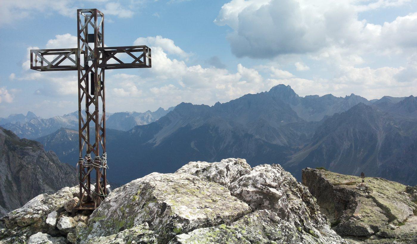 in primo piano la croce della Rocca Castello, a destra quella della Torre Castello