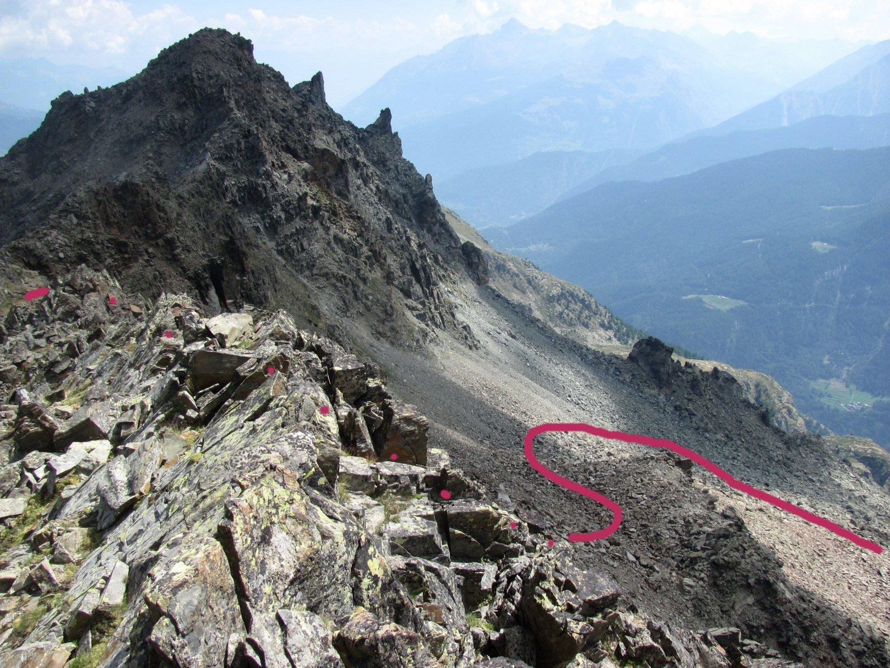 parte della via di discesa, sotto il colletto della cresta; al fondo la Torre del Tighet