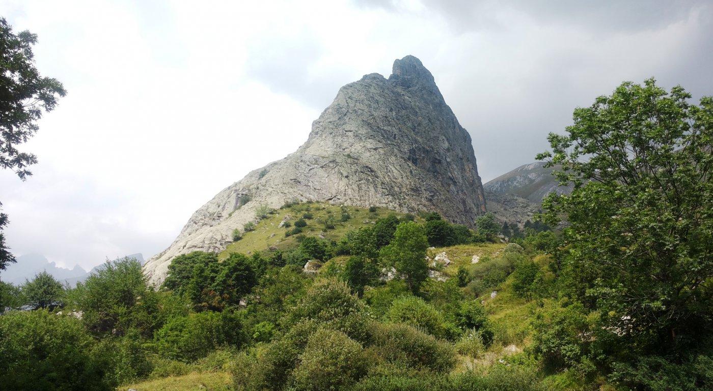 la Rocca Provenzale dal sentiero di rientro, in basso a sinistra la lingua di roccia delle vie di arrampicata