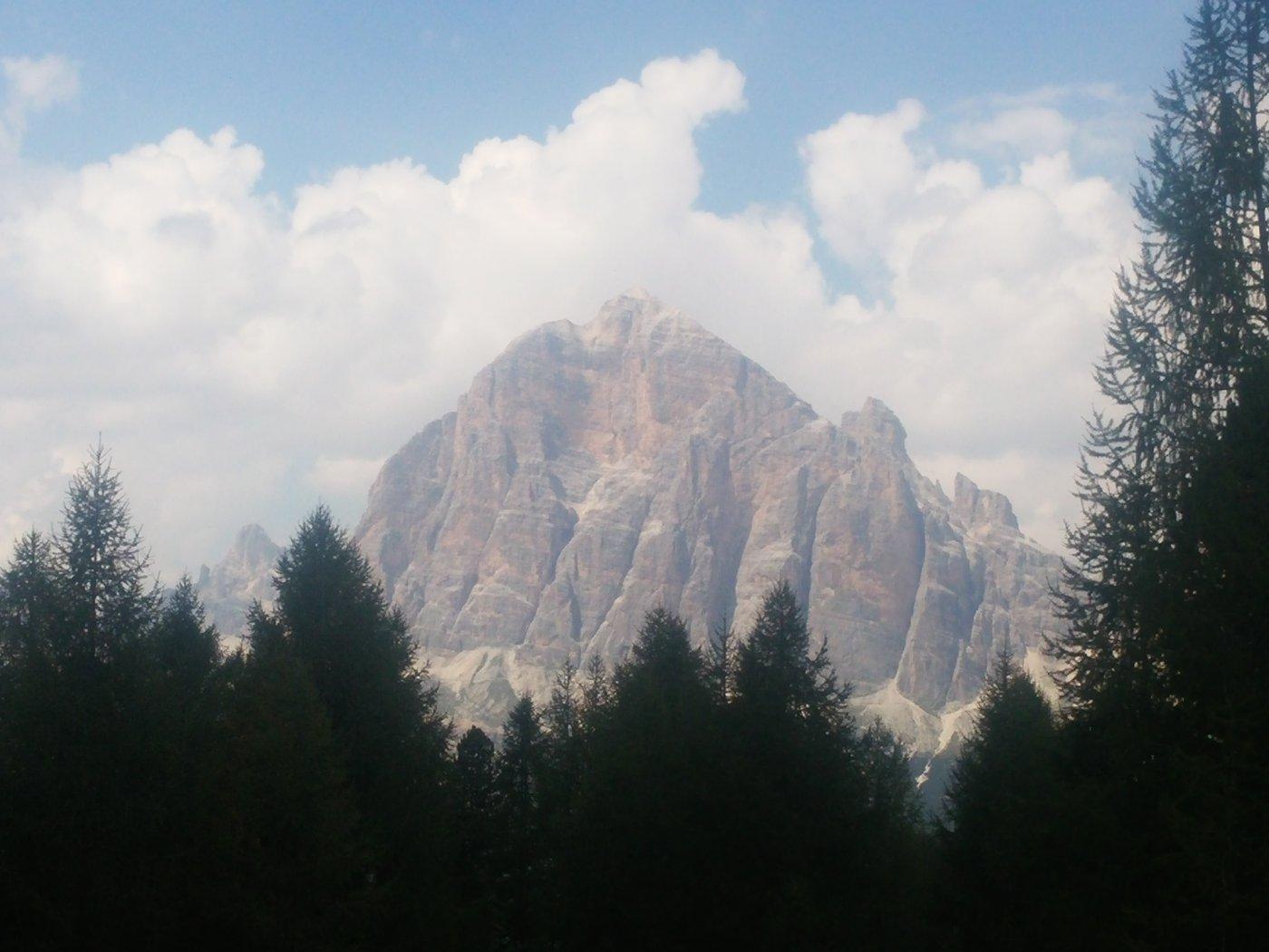 Vista sulla Tofana di Rozes lungo il sentiero