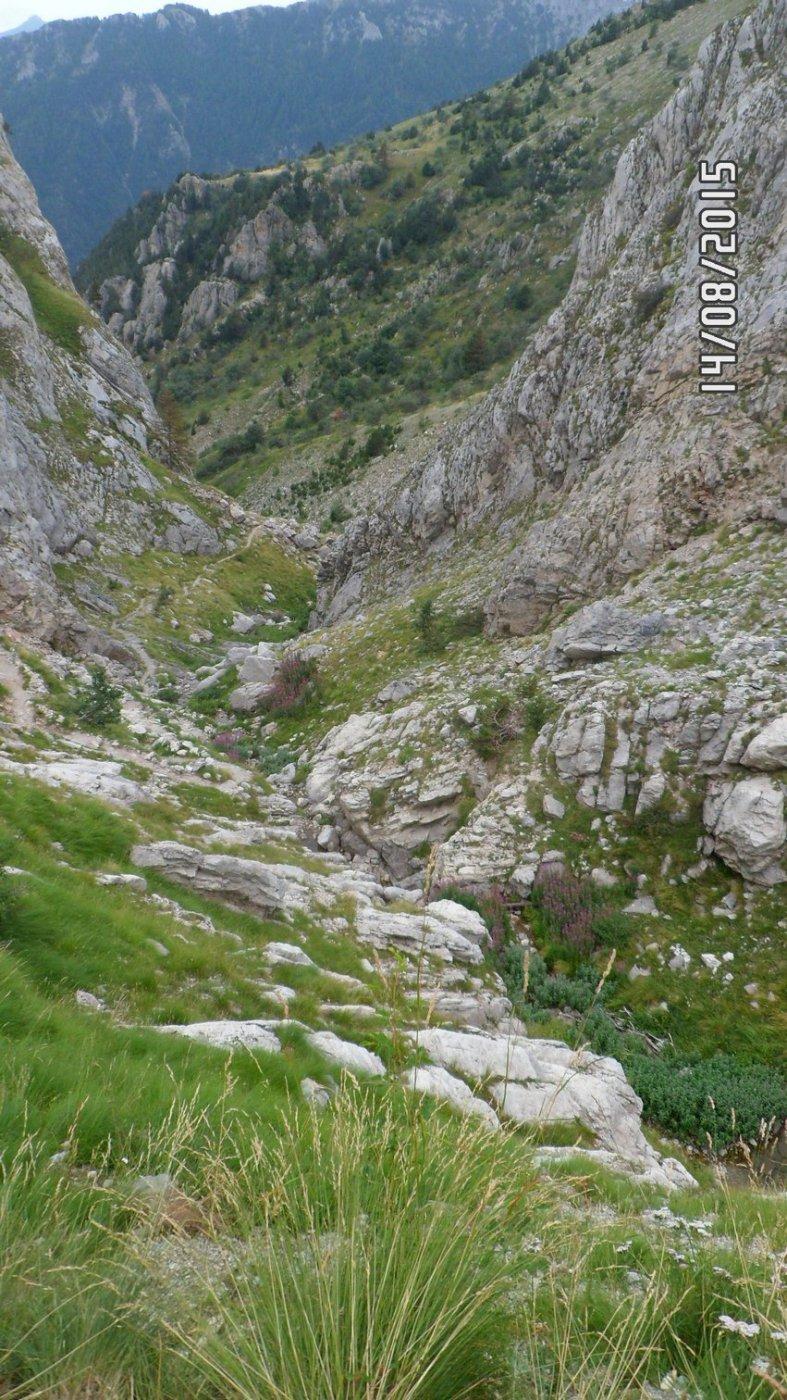 Il sentiero si snoda nella gola delle Saline