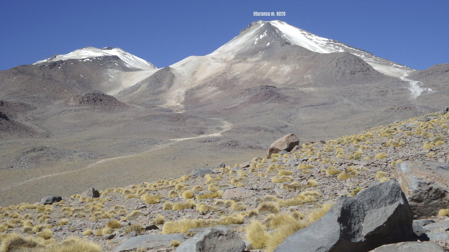 l'Uturuncu osservato dalla stradina mineraria che sale da Quetena Cico