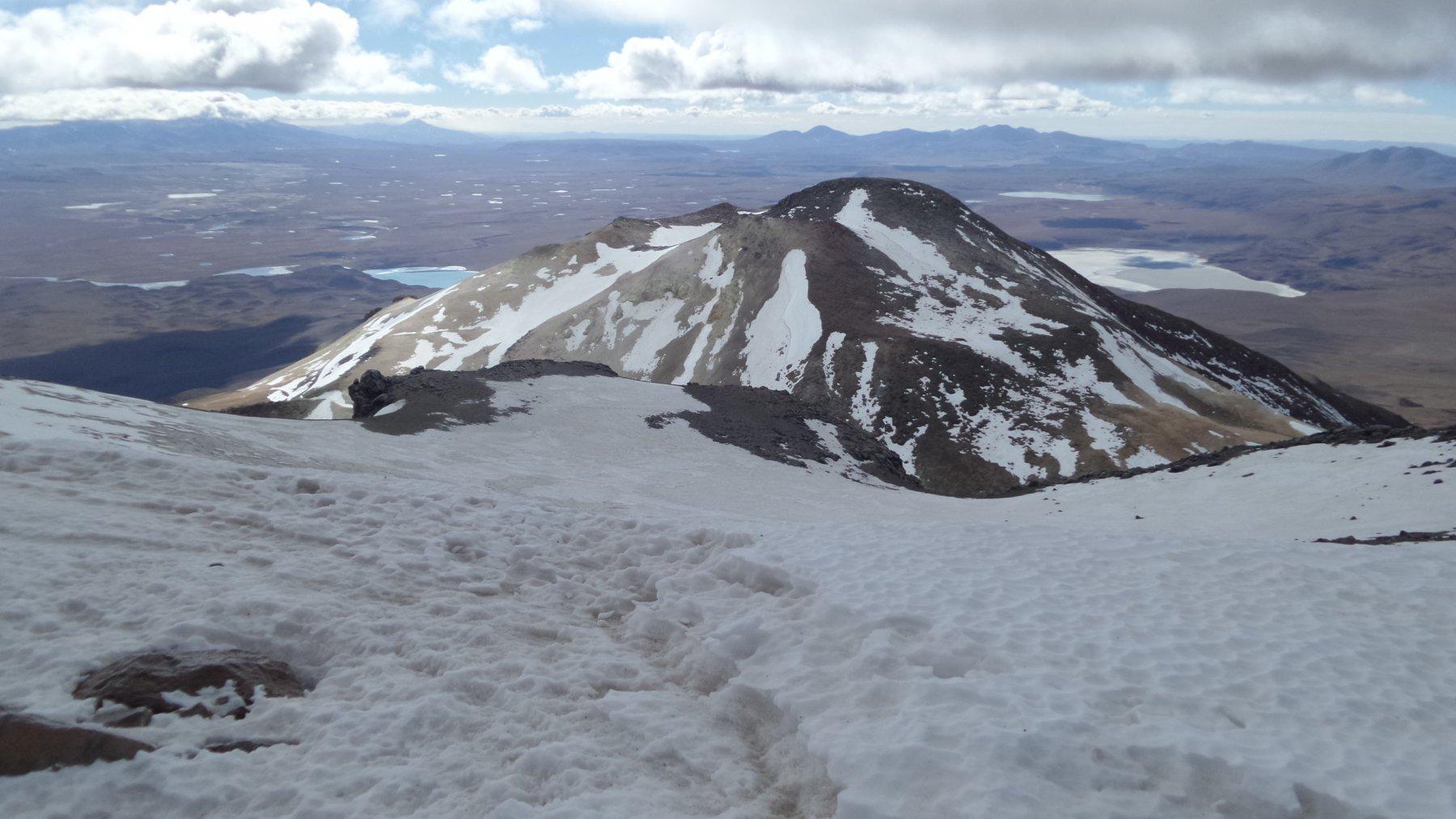 la Cima Est dell'Uturuncu m. 5930 vista dalla cima principale
