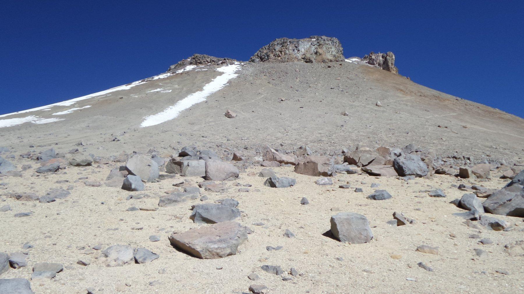 l'enorme e ripida pietraia dove si svolge l'itinerario di salita all'Uturuncu