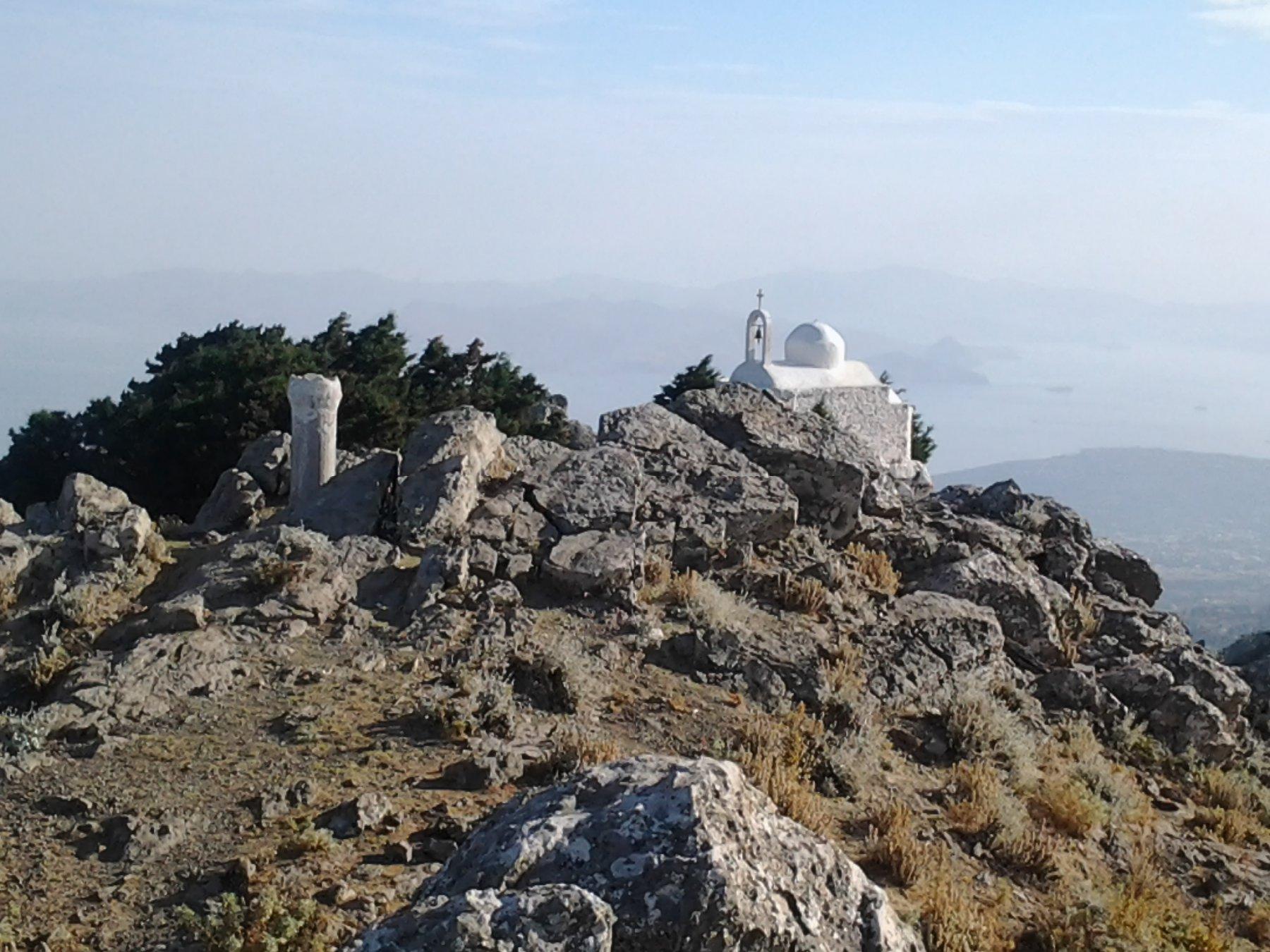 La chiesetta nei pressi della cima