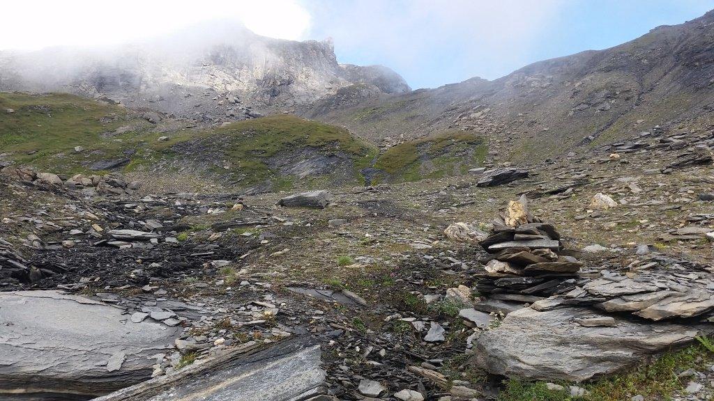L'ometto isolato salendo al Passage. Sullo sfondo la sella del Col du Lac sans Fond