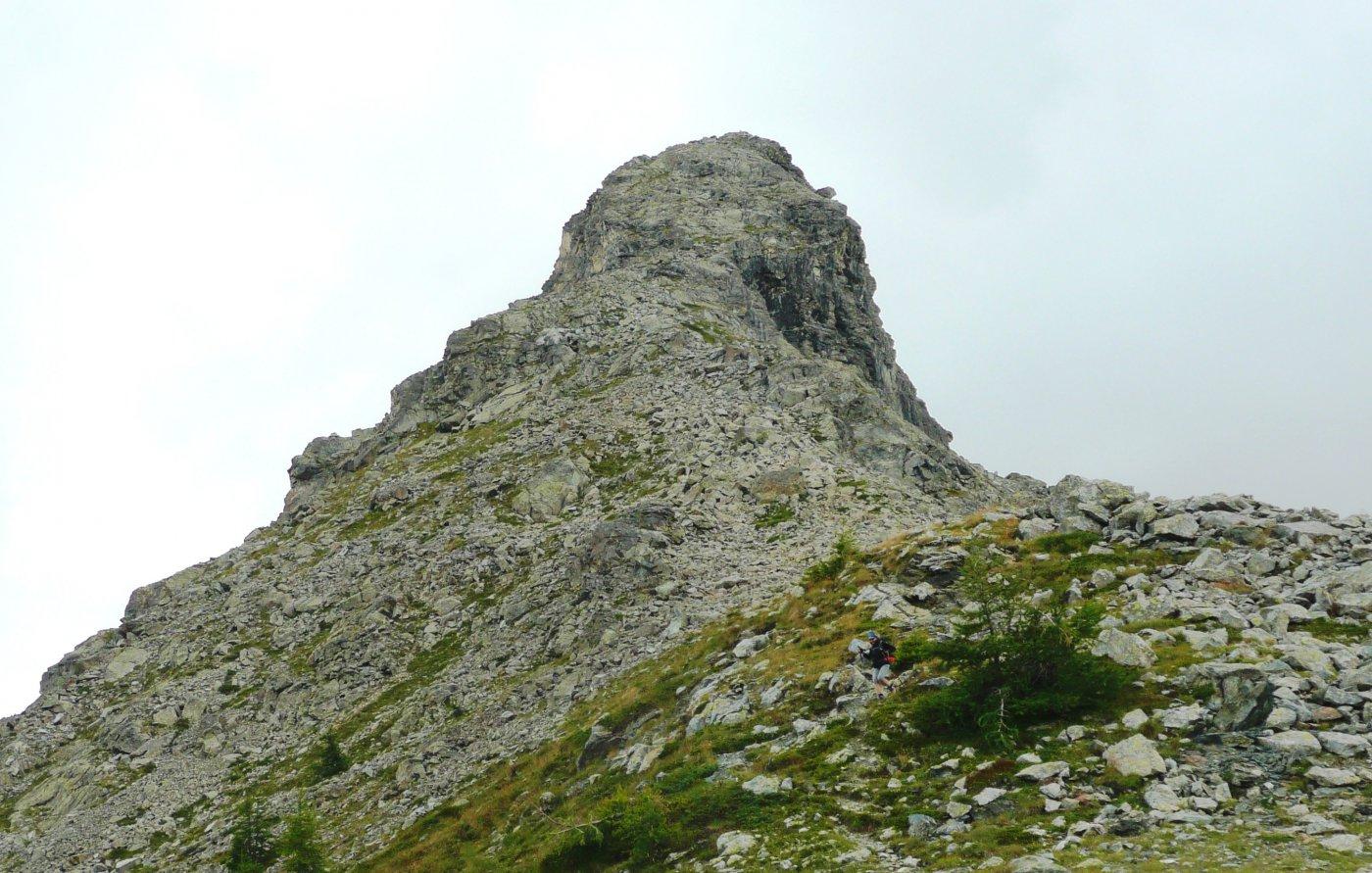 La Torretta vista dal Col Lago Bianco, con la ripida cresta est (pietraie innoque e placche infide)