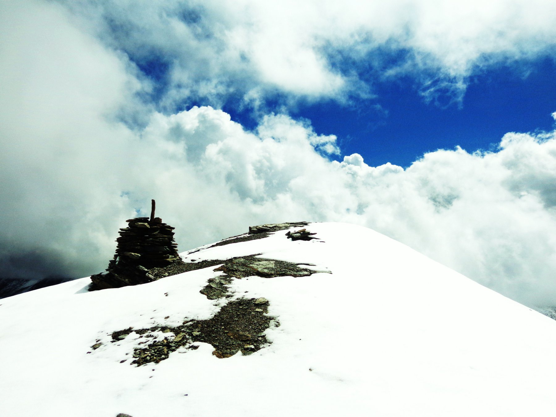 In vetta coi nuvoloni e la neve