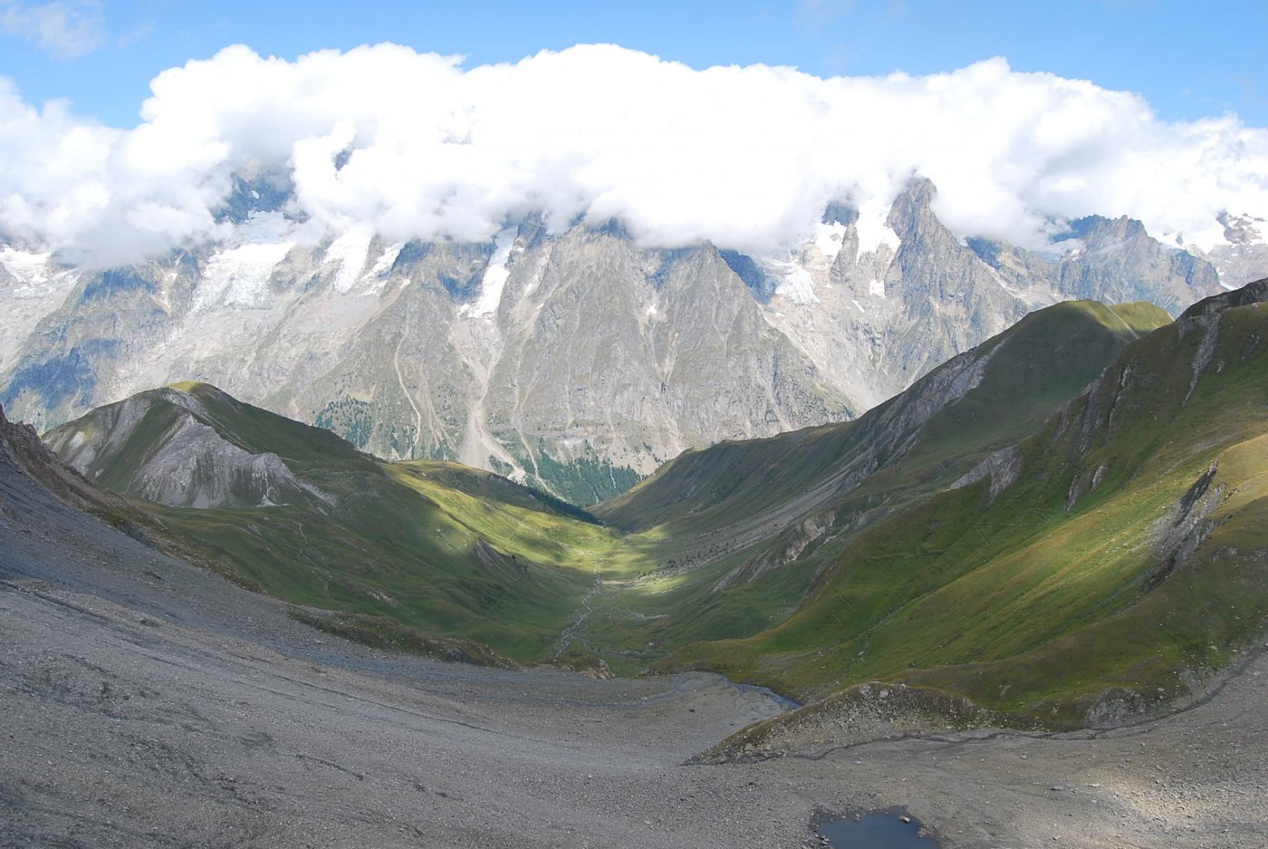 Dal colle: Col Sapin, Vallone di Armina, Monte Bianco con le nuvole.