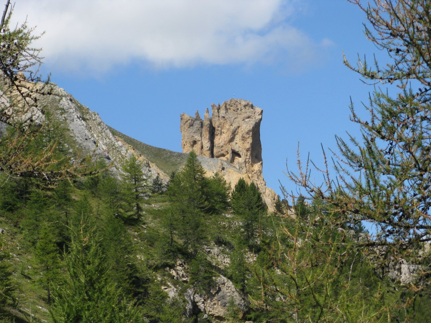 il caratteristico torrione Tour Jaune de Barrabas