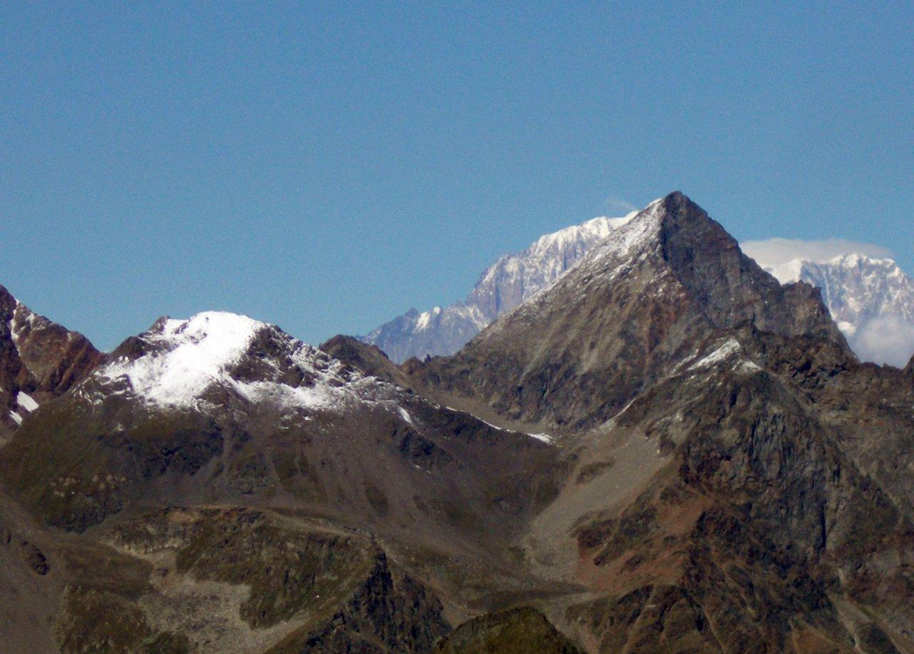 Il Monte Bianco fà capolino dietro L'Emilius