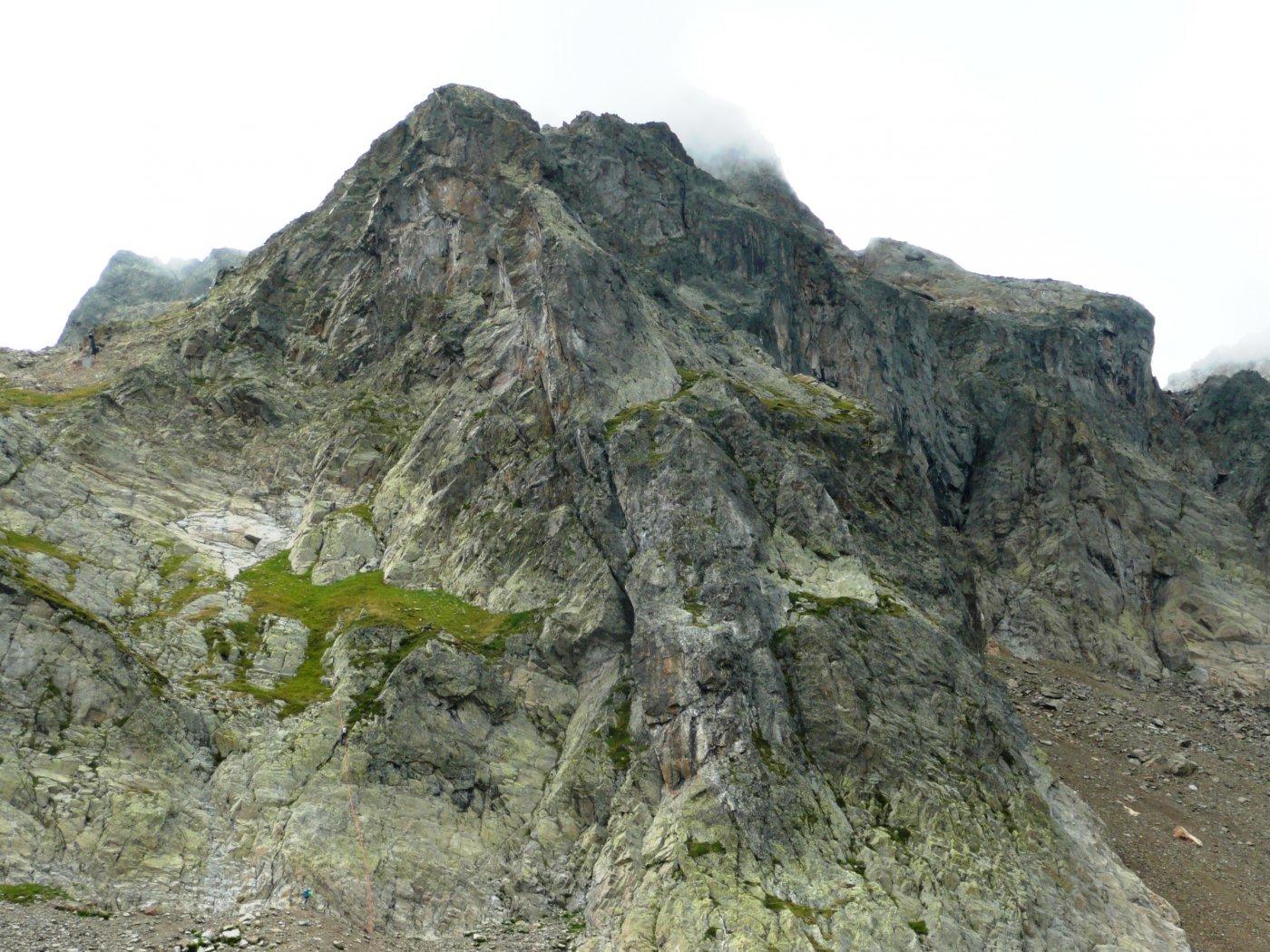 la parete di arrampicata, sulla sinistra il versante di rientro, si intravede la linea di calata
