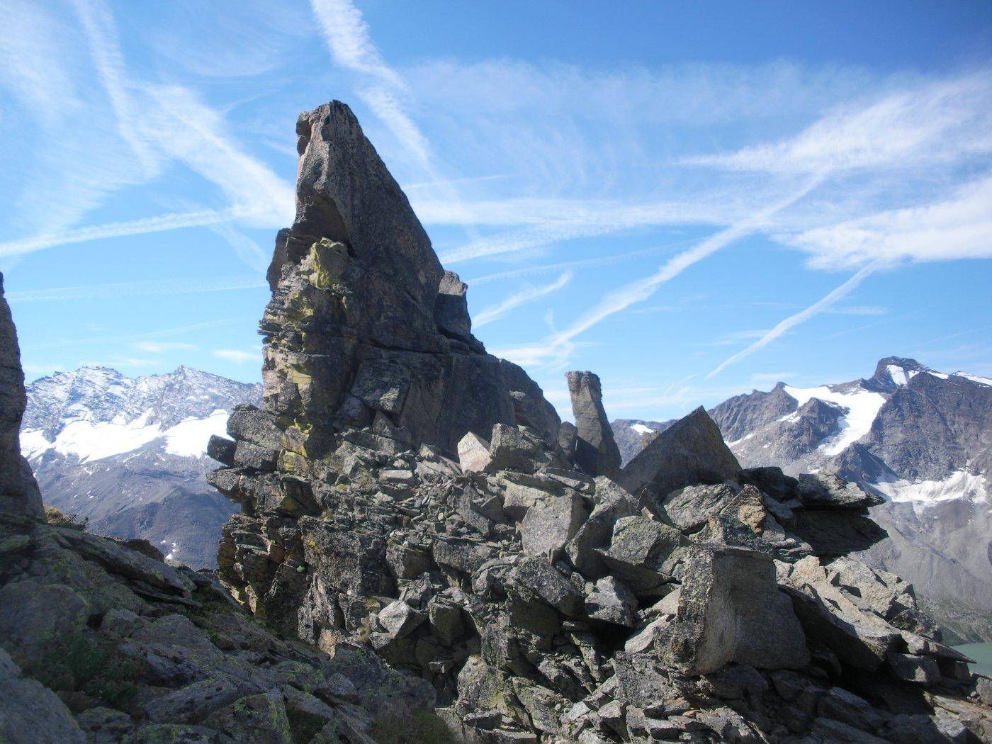avanzando in cresta..la T. di Garibaldi di qui' solo piu' un esiguo torrioncino al centro della foto..