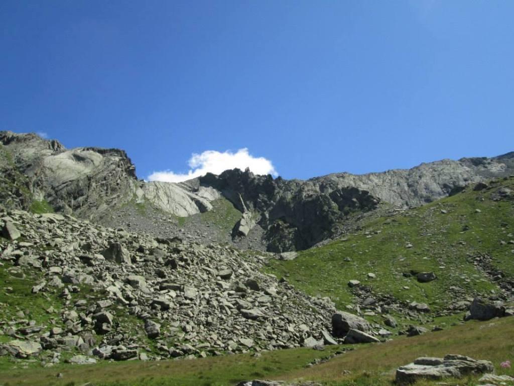 Foto fatta dal pianoro a quota 2300m dove si lascia il sentiero e si punta all'evidente punto di attacco a centro foto