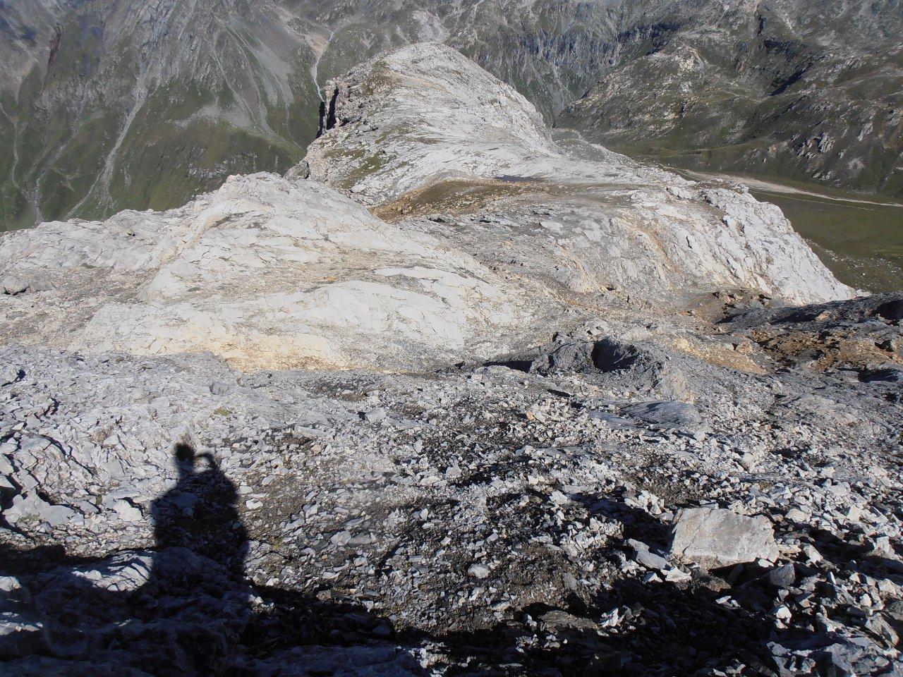 09 - evidenza del pianoro quota 2745 e della spalla rocciosa che continua fino alla Roche de Chevres