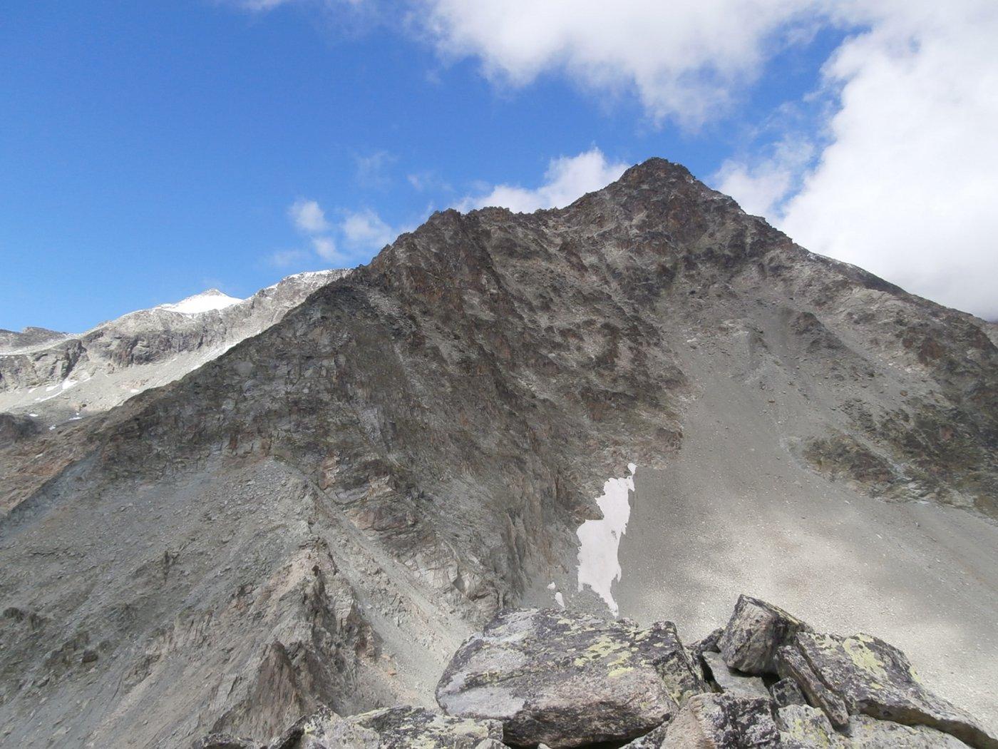 il percorso di cresta dal sottostante colle ,in primo piano il Monte Cervo e più a sinistra in fondo la Rayette..