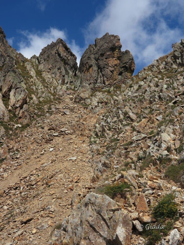 Lo sfasciumoso Colle d'Aver, si passa bene stando a sinistra sulle roccette in discesa