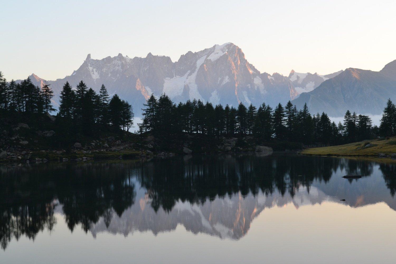 le Jorasses specchiate nell'acqua del lago