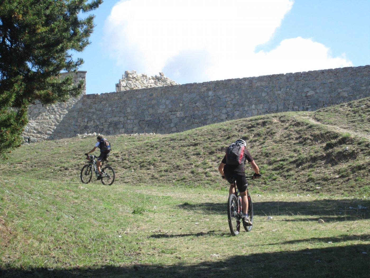 pedalando all'interno del forte