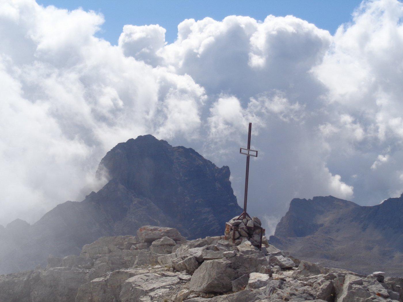 croce della guglia d'Arbour e punta Clotesse sullo sfondo