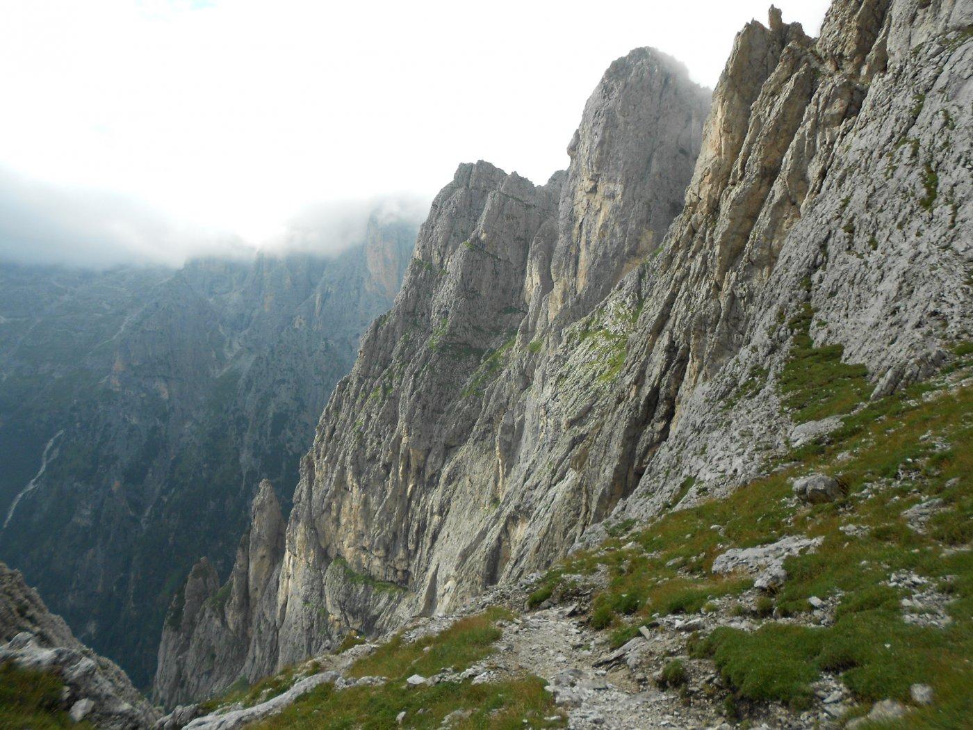 Finalmente sulla Forcella delle Mughe...uno sguardo sulla cresta appena attraversata fin sotto il Sass d'Ortiga.