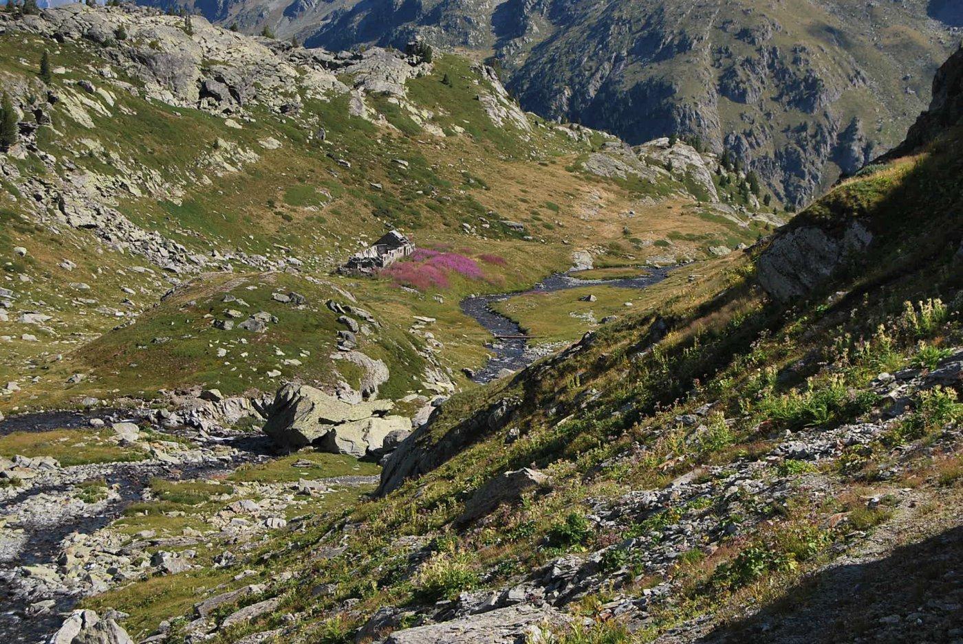 Visti salendo: i ruderi e il ponticello nel vallone di Bellacomba dove si stacca il sentiero che poi termina al lago
