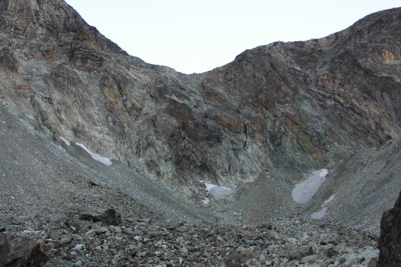 Colle d'Otemma, versante Italiano, il canale di salitainizia al culmine del conoide detritico compreso tra i due nevai,