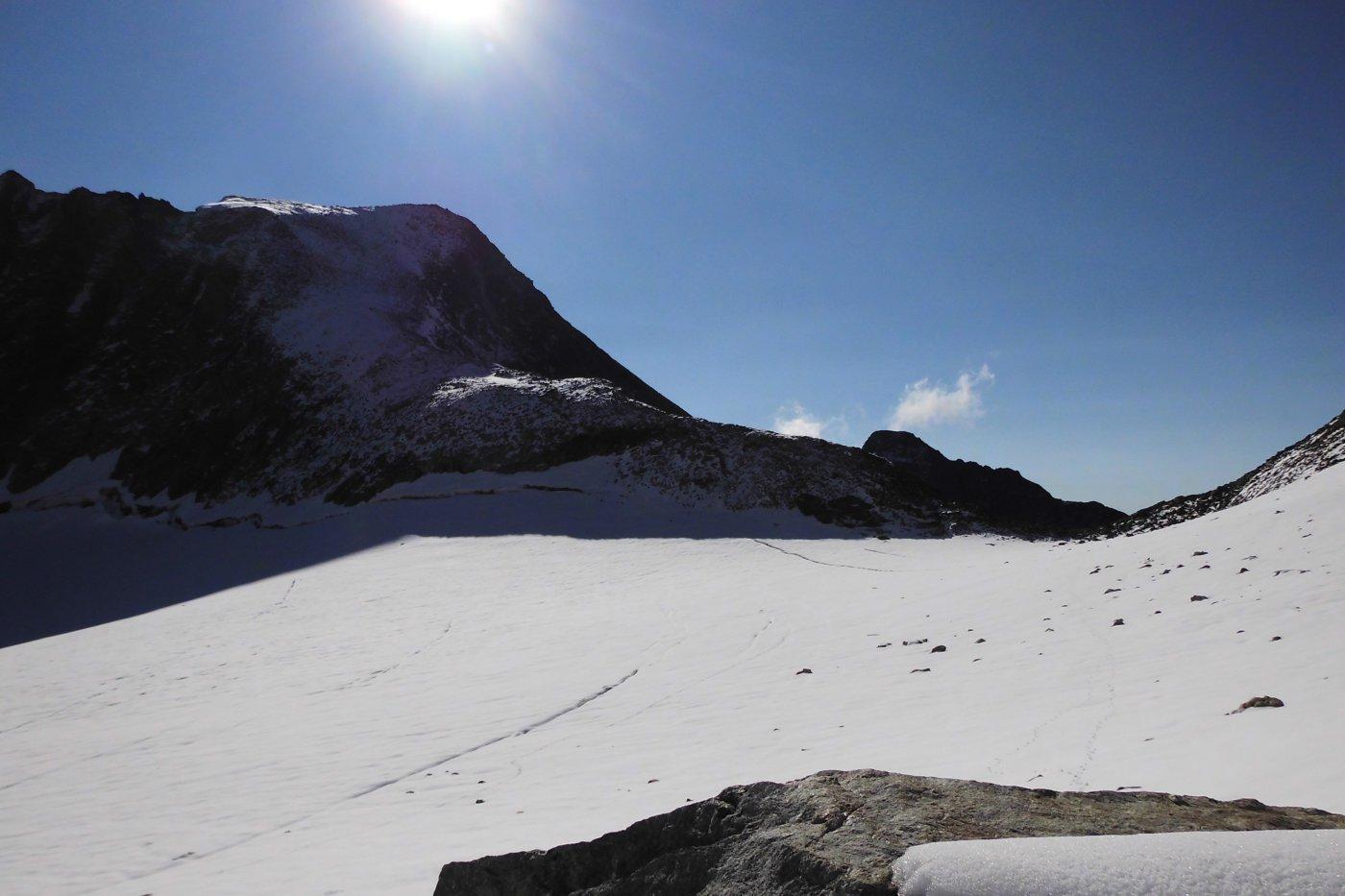 e il lato svizzero del colle d'Otemma, lambito dal ghiacciaio.