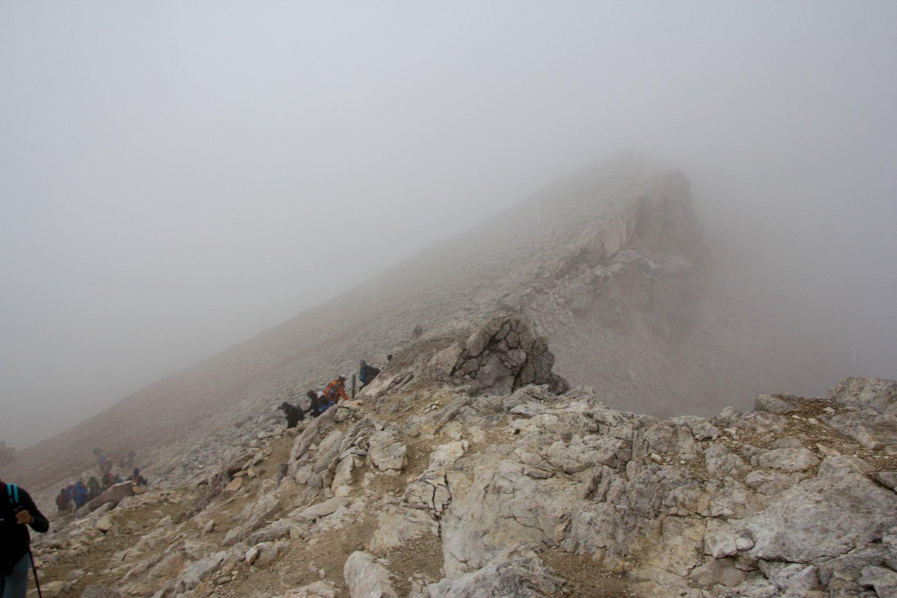 In discesa dalla cima al rifugio Boè