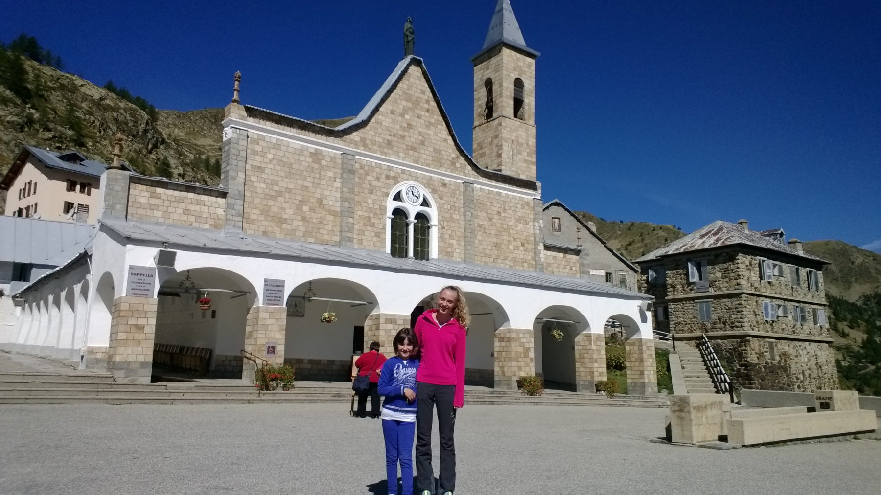 Sara e Magali davanti al Santuario