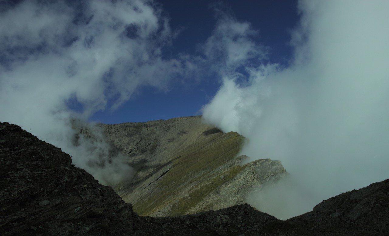 percorso di cresta e nuvole