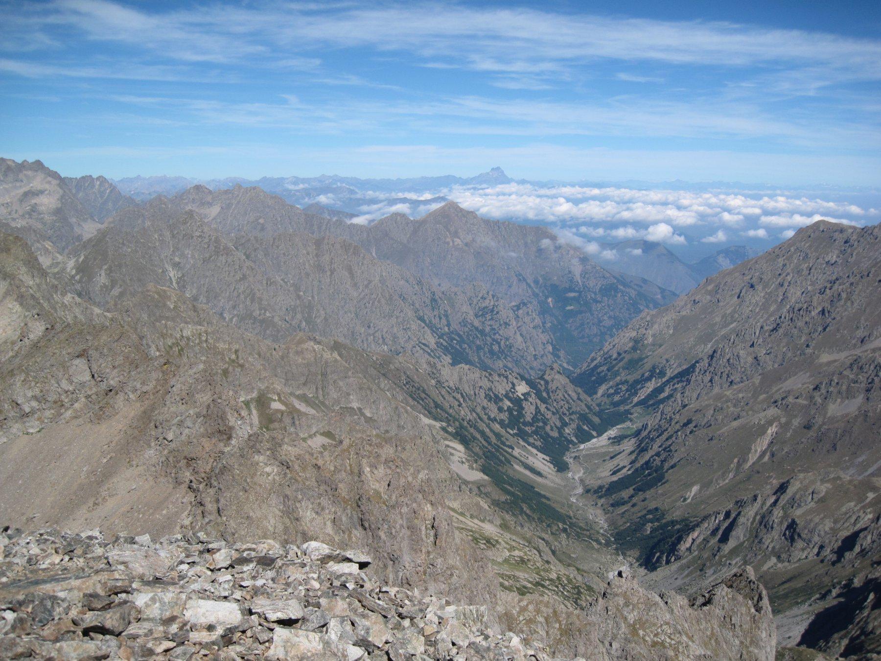 vallone di Moncolomb e Monviso sullo sfondo