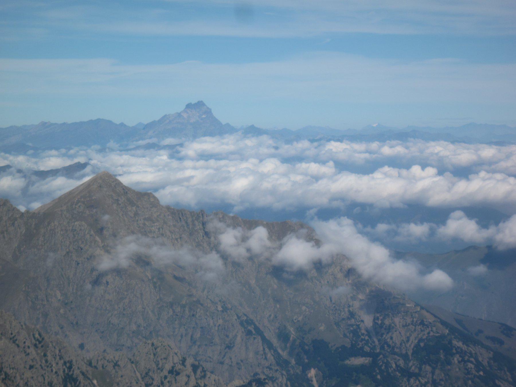 il Monviso sbuca tra le nuvole nella piana