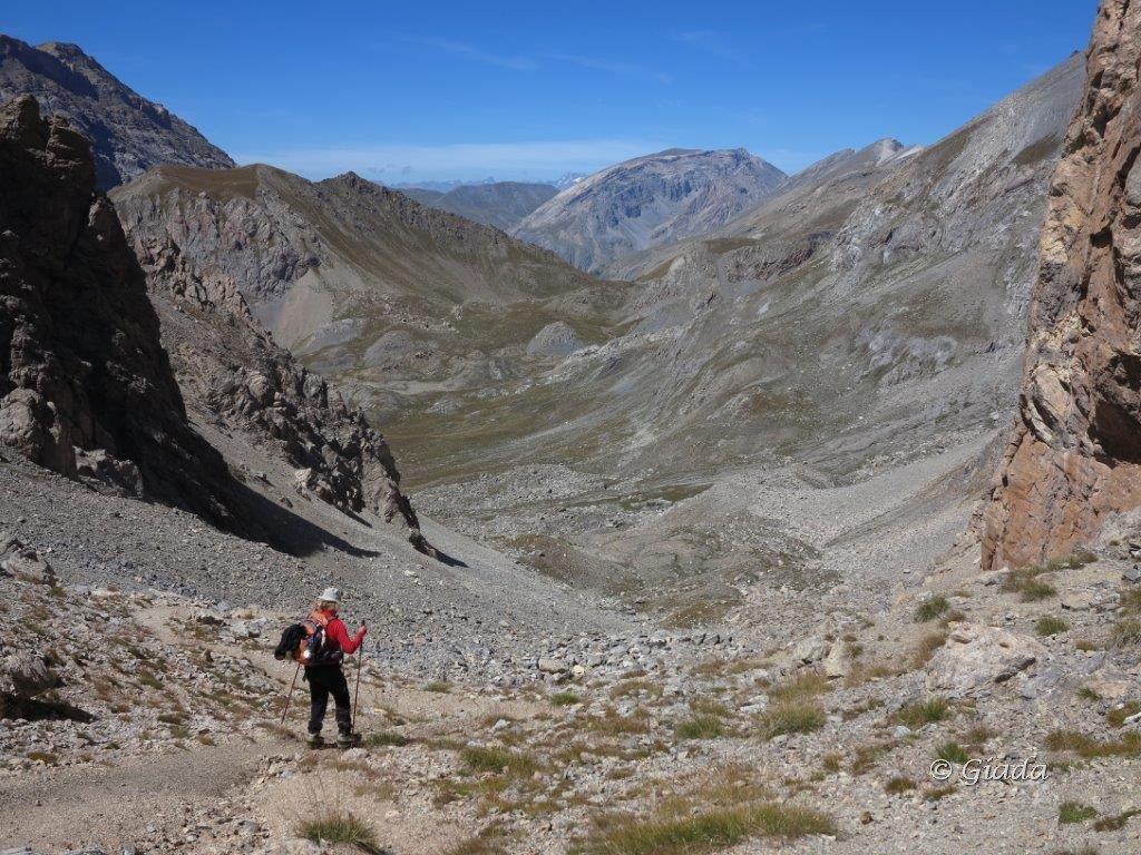 In discesa dal Col de La Portiola, al centro il Col du Vallonnet