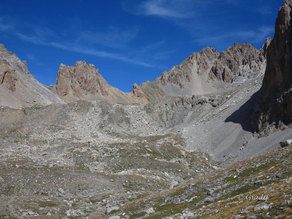 Il Col de la Portiolette a sinistra alla base delle guglie ocra