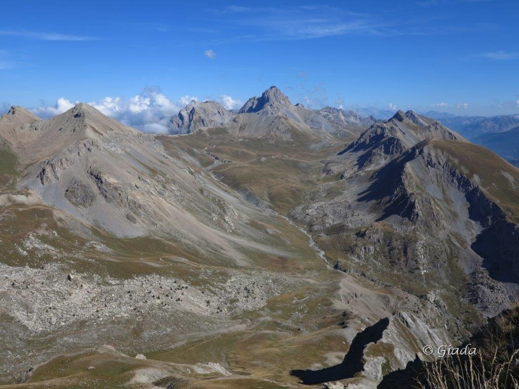 Vista dalla Tete de Viraysse sull'altopiano tibetano col delle Munie - Col de Gipiere de l'Oronaye, al centro in fondo l'Oronaye