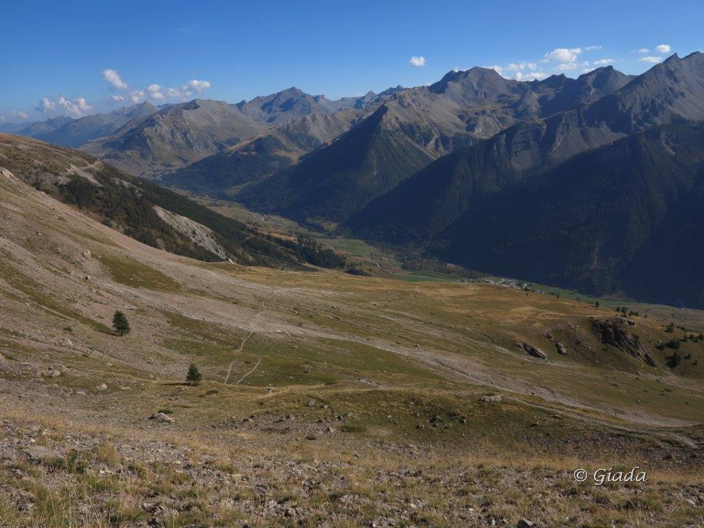 In discesa sul Plateau de Mallemort, Larche a destra, il Colle della Maddalena a sinistra