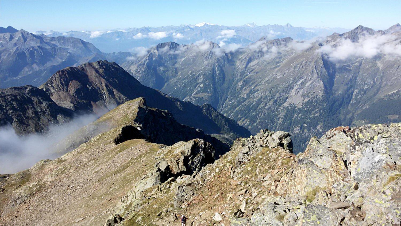 Da q.2900, tra Valdobbiola e l'Alpetto, vista verso la VDA: in lontananza Gran Paradiso e Grivola