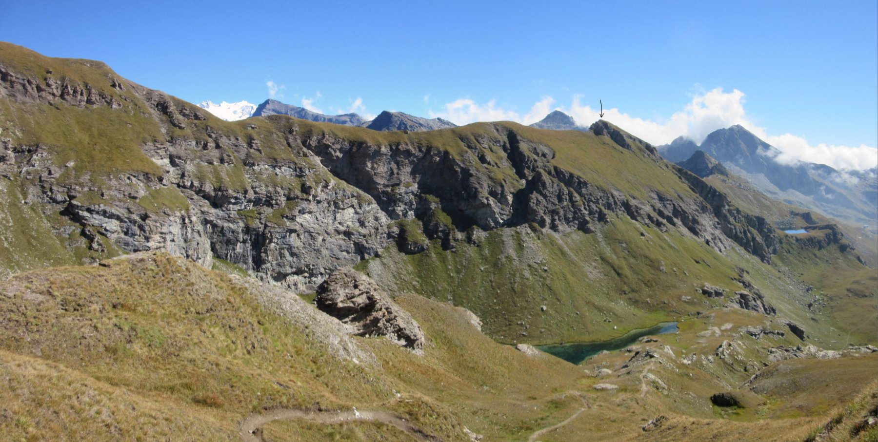 La punta del Lago (vedi freccia)  e la cresta da percorrere da Corno Bussola