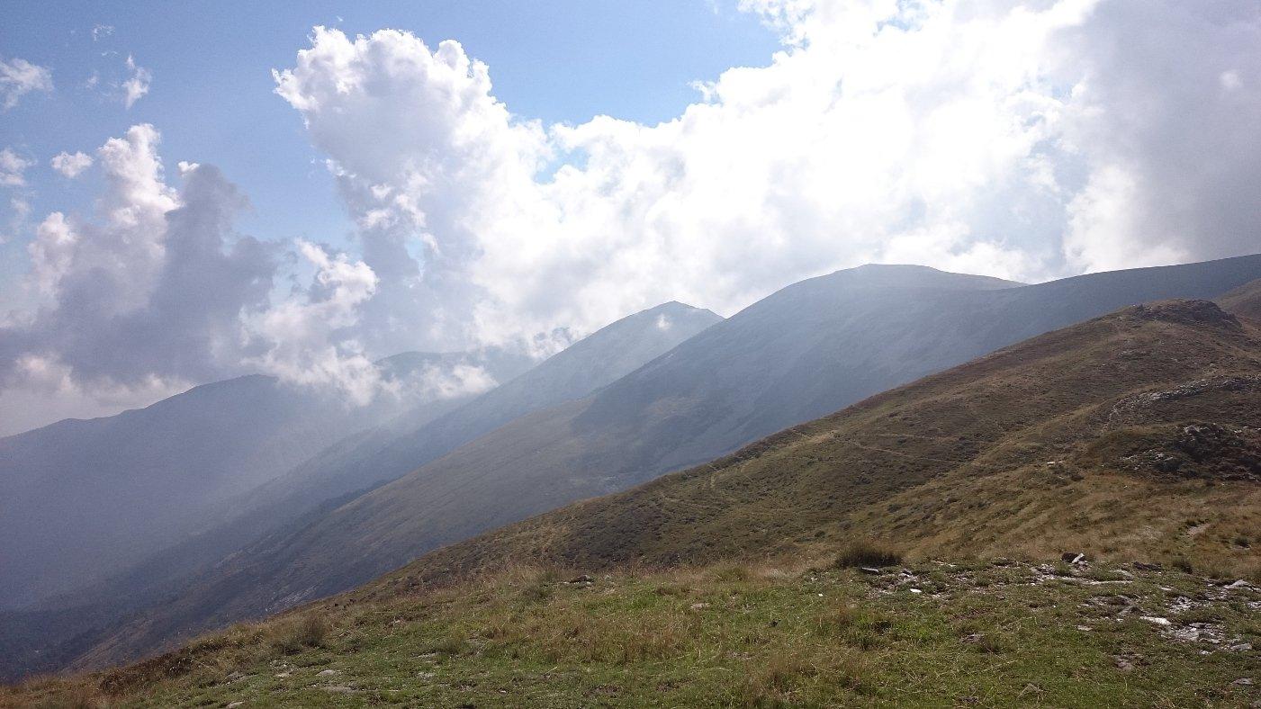 Dal Colle della Roussa la cresta spartiacque verso l'aquila