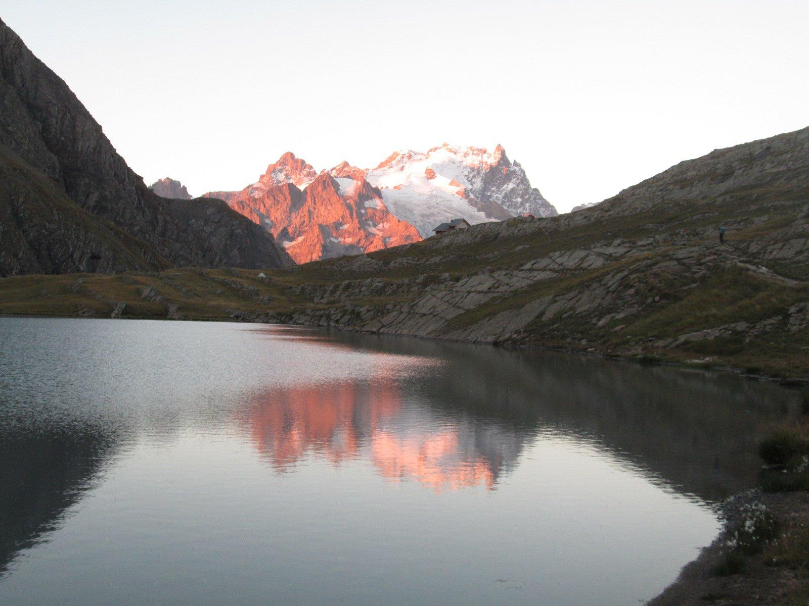 la Meije che si specchia nel lago all'alba