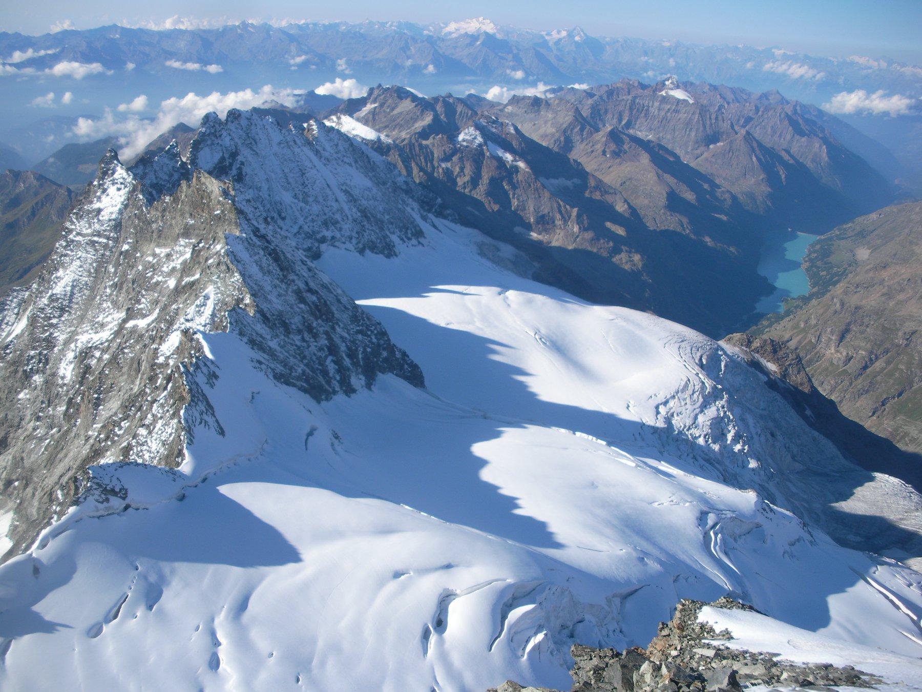 ..e sempre dalla vetta verso sud..l'immenso mare di ghiaccio delle Grandes Murailles..e piccolo lontano al fondo il lago di Place Moulin..