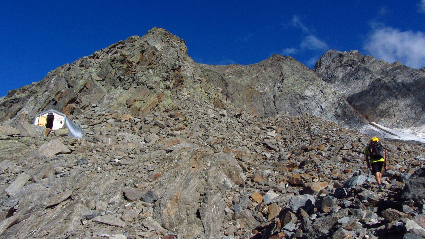 Il bivacco, la cresta ovest alla punta sud e a destra la cresta nord est alla punta nord