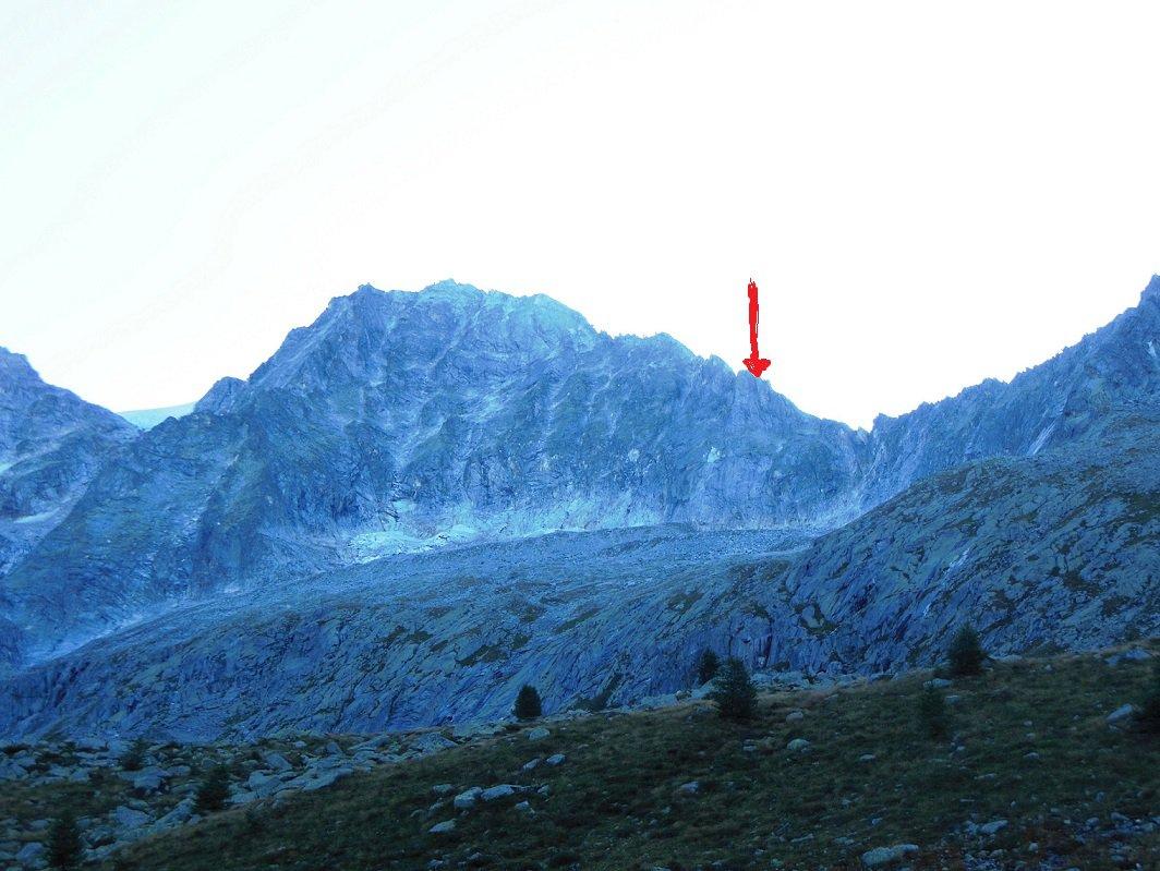 la freccia rossa indica la cima della parete delle Torri del Miller